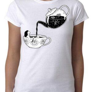 Camiseta baño en taza cafe